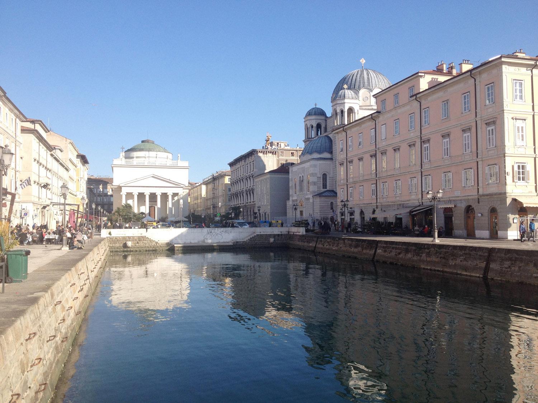 Il Canl grande oggi con la piazza attuale a chiusura del tratto finale originario }