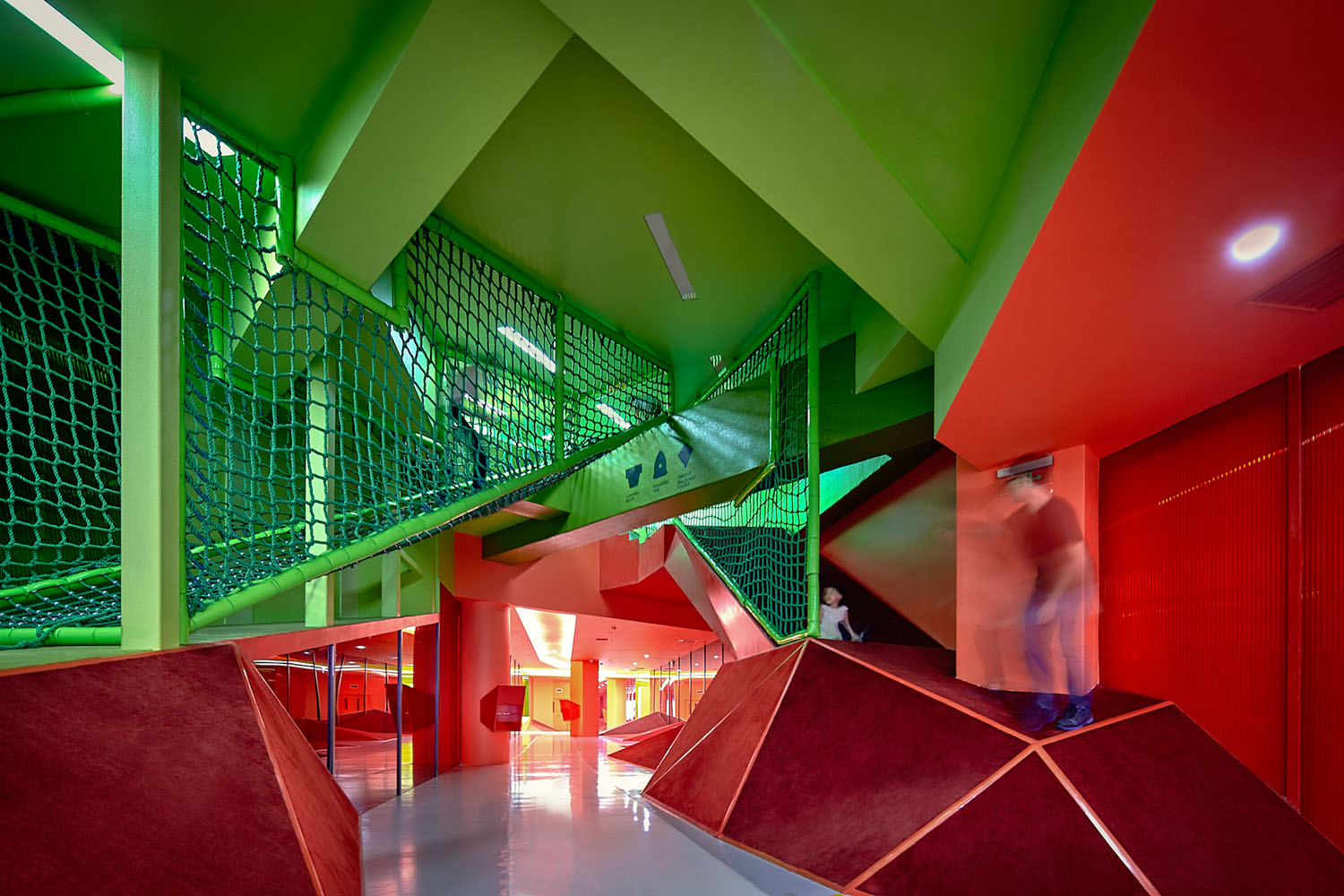 crossing of green and red tube YANG Chaoying