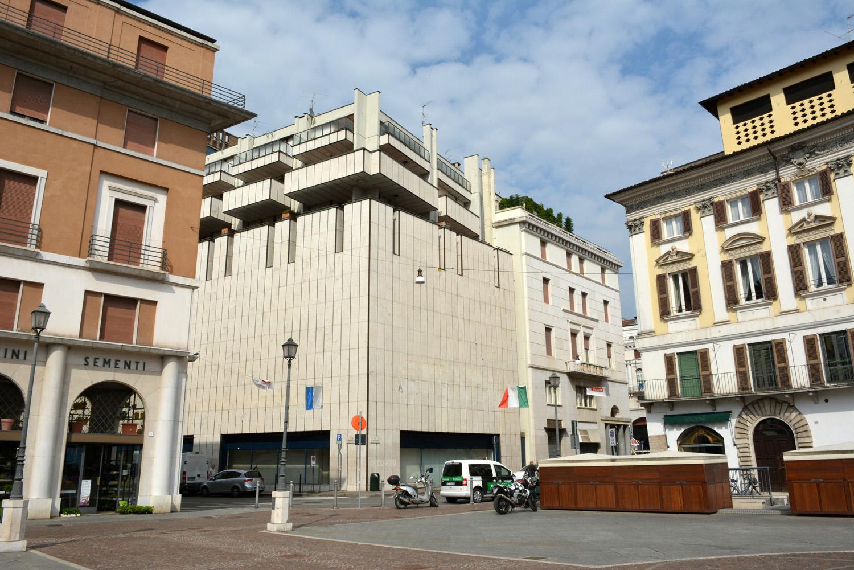 01- vista dell'edificio allo stato attuale dall'angolo tra Via Verdi e Via IV Novembre studio B+M Associati