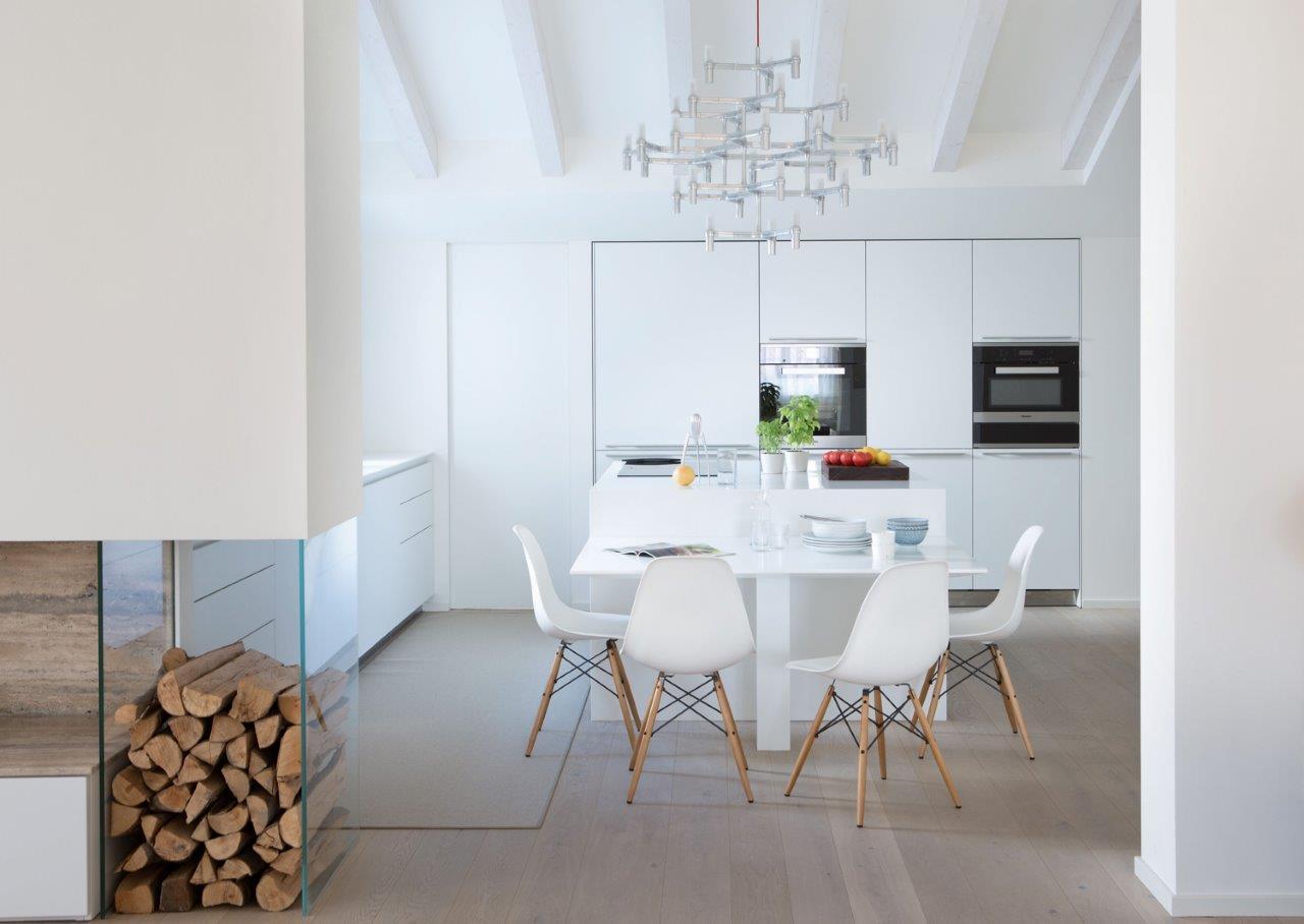 vista verso la cucina open space con legnaia su parete attrezzata zona living
