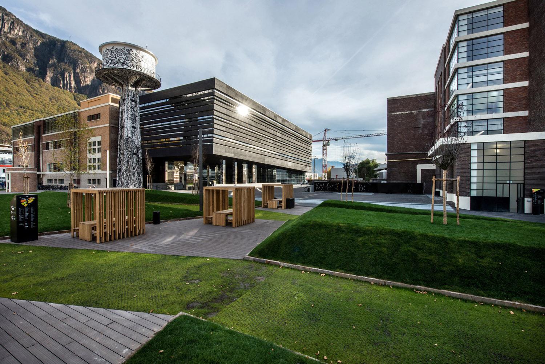 Il NOI Techpark è dotato di circa 5.500 mq di area pubblica esterna, attrezzata con sedute realizzate su disegno IDM Südtirol / Ivo Corrà