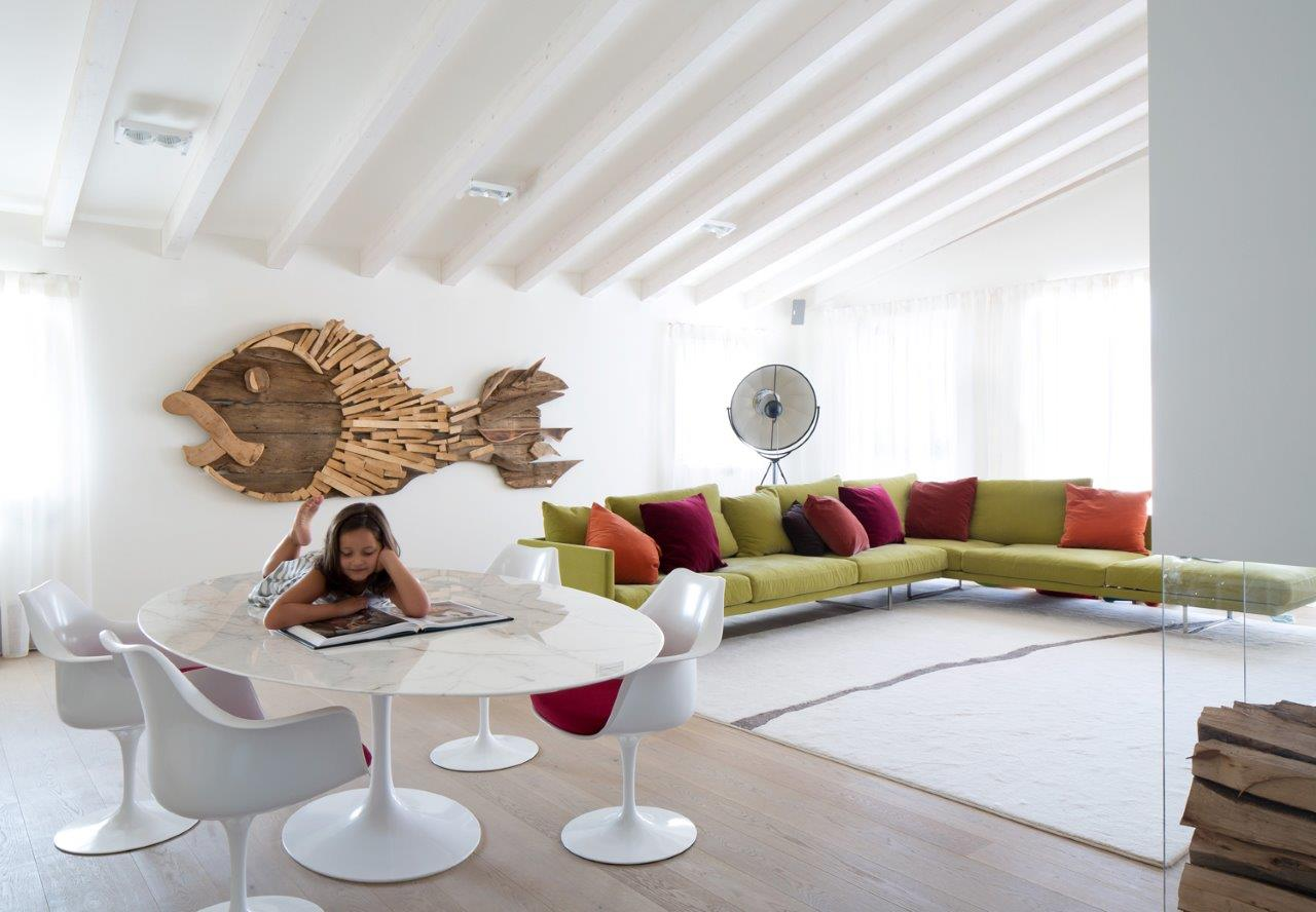 zona living con pesce in legno riciclato opera di un'artista Veronese