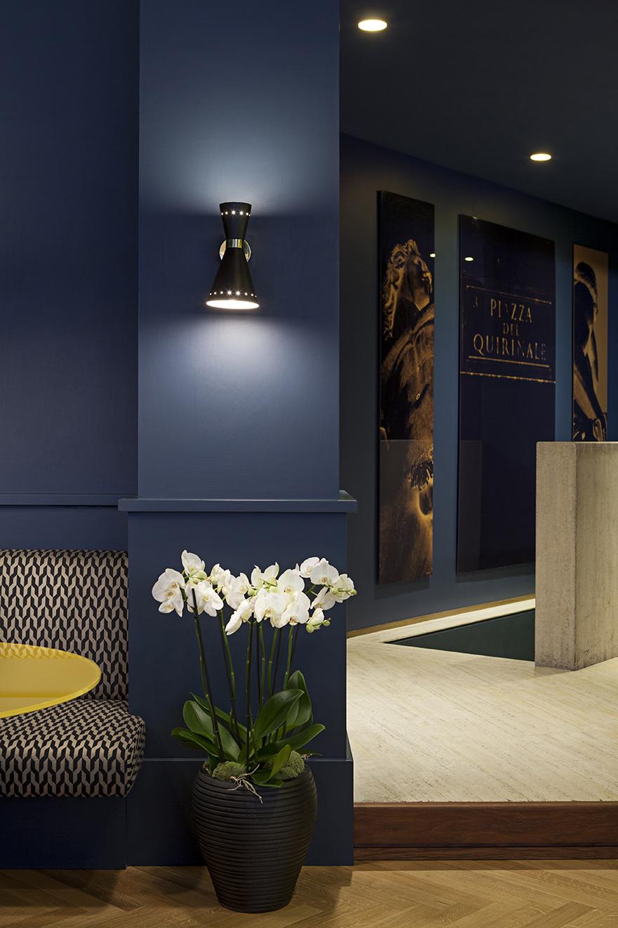 Pittura blu per pareti e soffitto di Sikkens, applique di G.B. Tansini