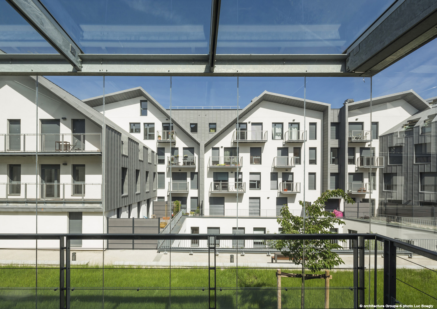 The offices and services overlook the street and gardens at ground floor level © Luc Boegly