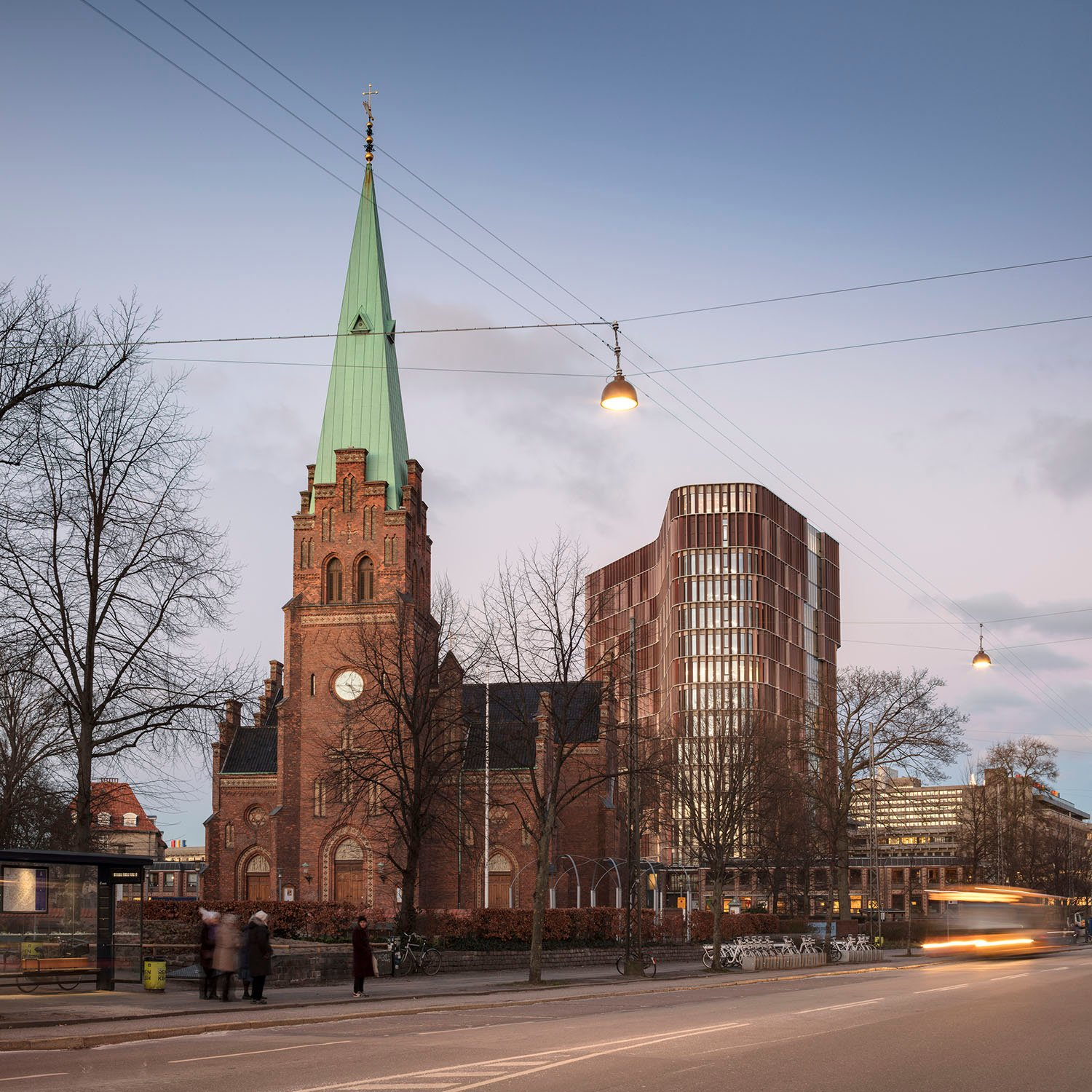 The copper coating of the façade sends a greeting to Copenhagen's many copper church steeples, which, together with the Maersk Tower poke up amidst the homogeneous cityscape. Adam Mørk