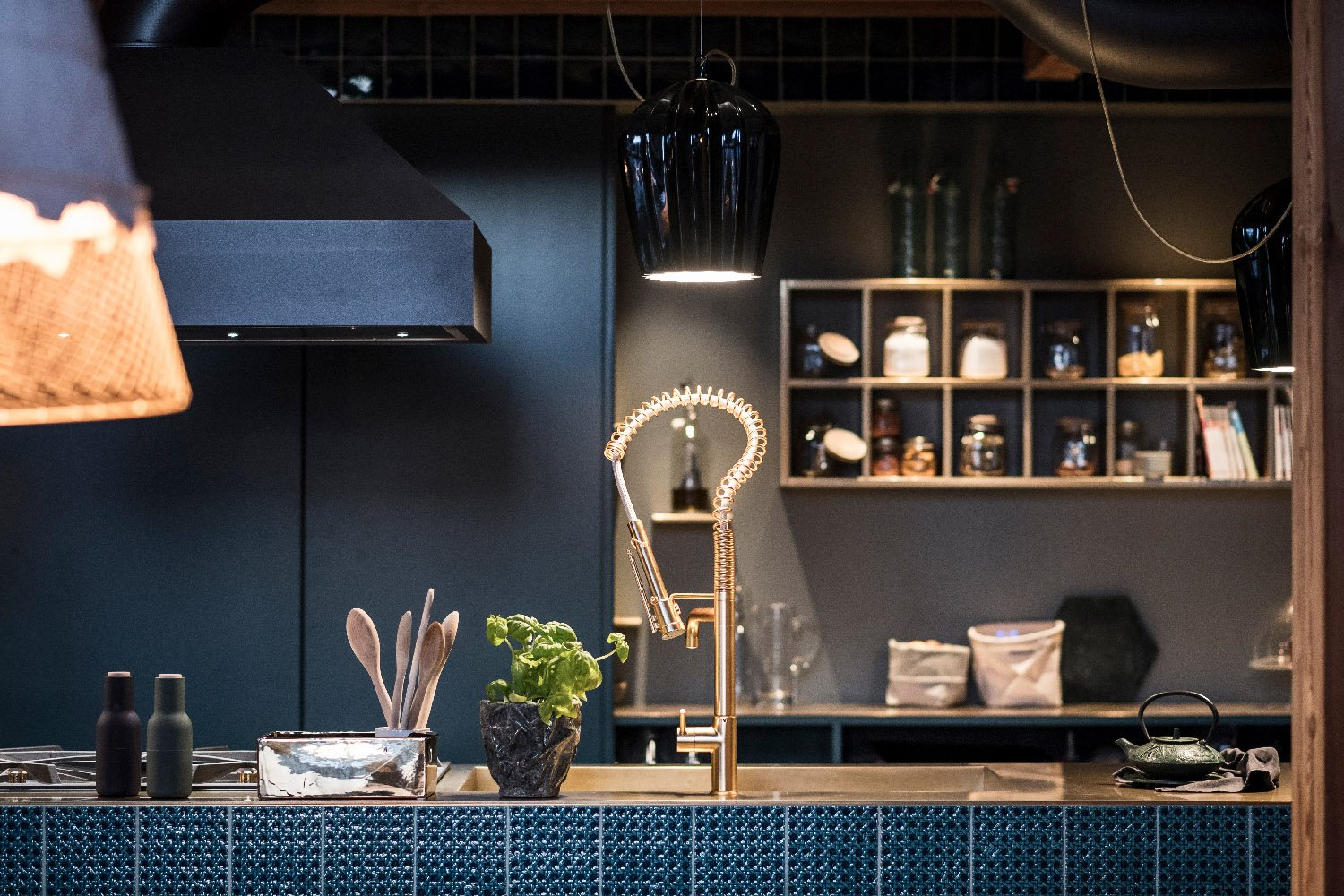 The cupboards behind the cooking area are open and serve as a storage, but can also be closed off by a sliding door Alex Filz