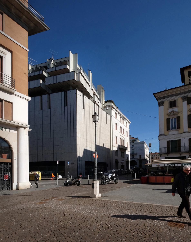 05 - vista dell'edificio allo stato attuale in rapporto al fabbricato contiguo su Via IV Novembre studio B+M Associati