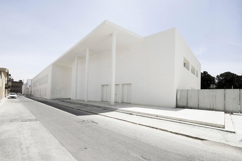 Il salone parrocchiale ruota planimetricamente e genera uno spazio di invito con un'alta copertura tenuta da pilastri circolari snelli  arch. Benedetta Fontana