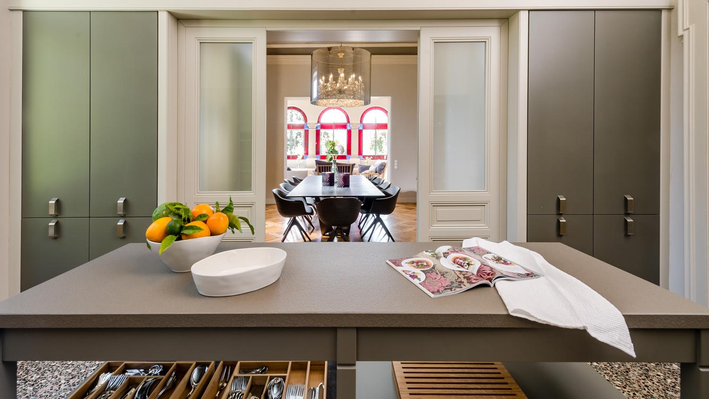 Cucina; passaggio verso la sala da pranzo V&DN Creative Photography