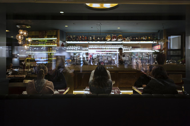 Vista sul bar dall'esterno del locale, con serigrafia del logo sul vetro delle vetrine