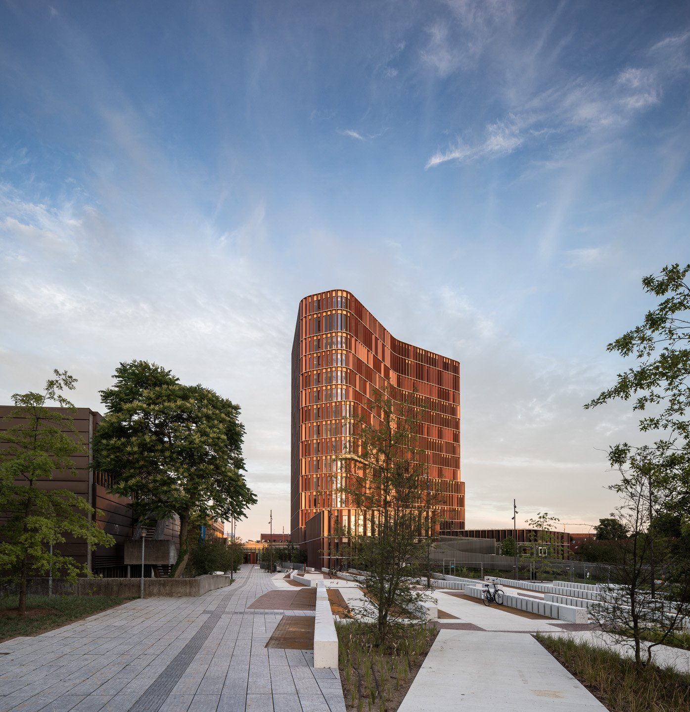With its easily readable and dynamically curved shape, the 15 storey research tower stands as a sculptural and identity-creating linchpin for the University's Faculty of Health Sciences. Adam Mørk
