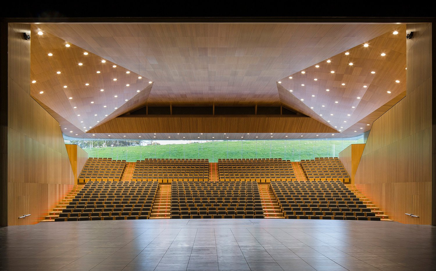 Main hall for 900 seats with openings towards the garden Fernando Alda