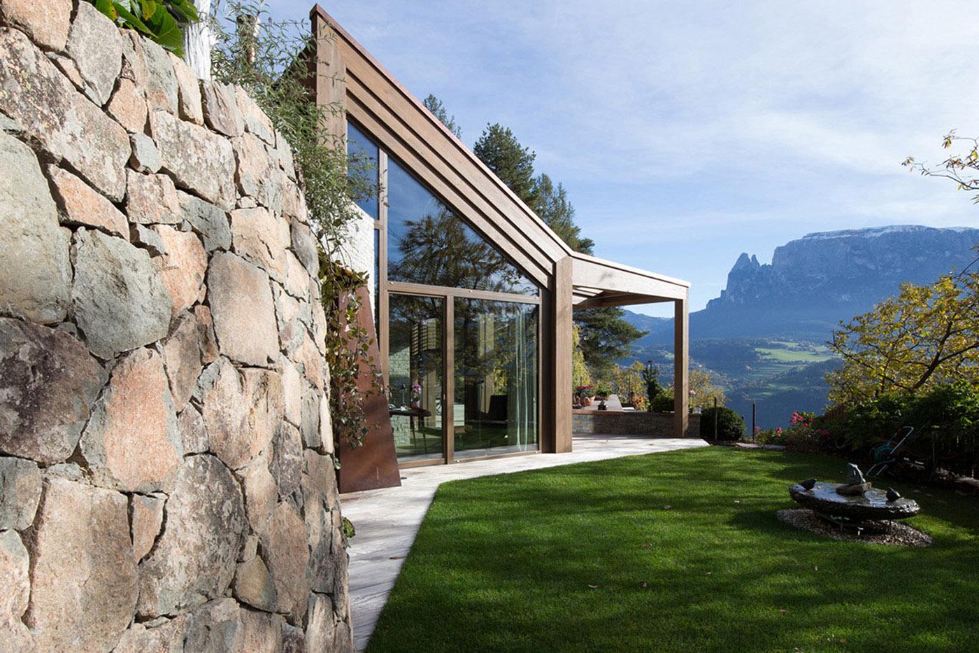 facciata ovest con muro di pietra naturale del luogo