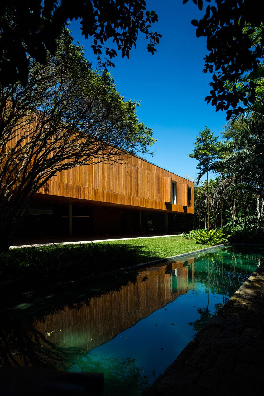 Wooden panel facade Fernando Guerra| FG + SG Fotografia de Arquitectura, courtesy Studio MK27