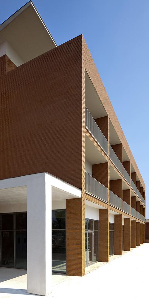 Vista della testata Ovest del blocco meridionale. L'articolazione del volume ne accentua la tettonica, dando presenza e senso alle spazialità interne ed esterne.
