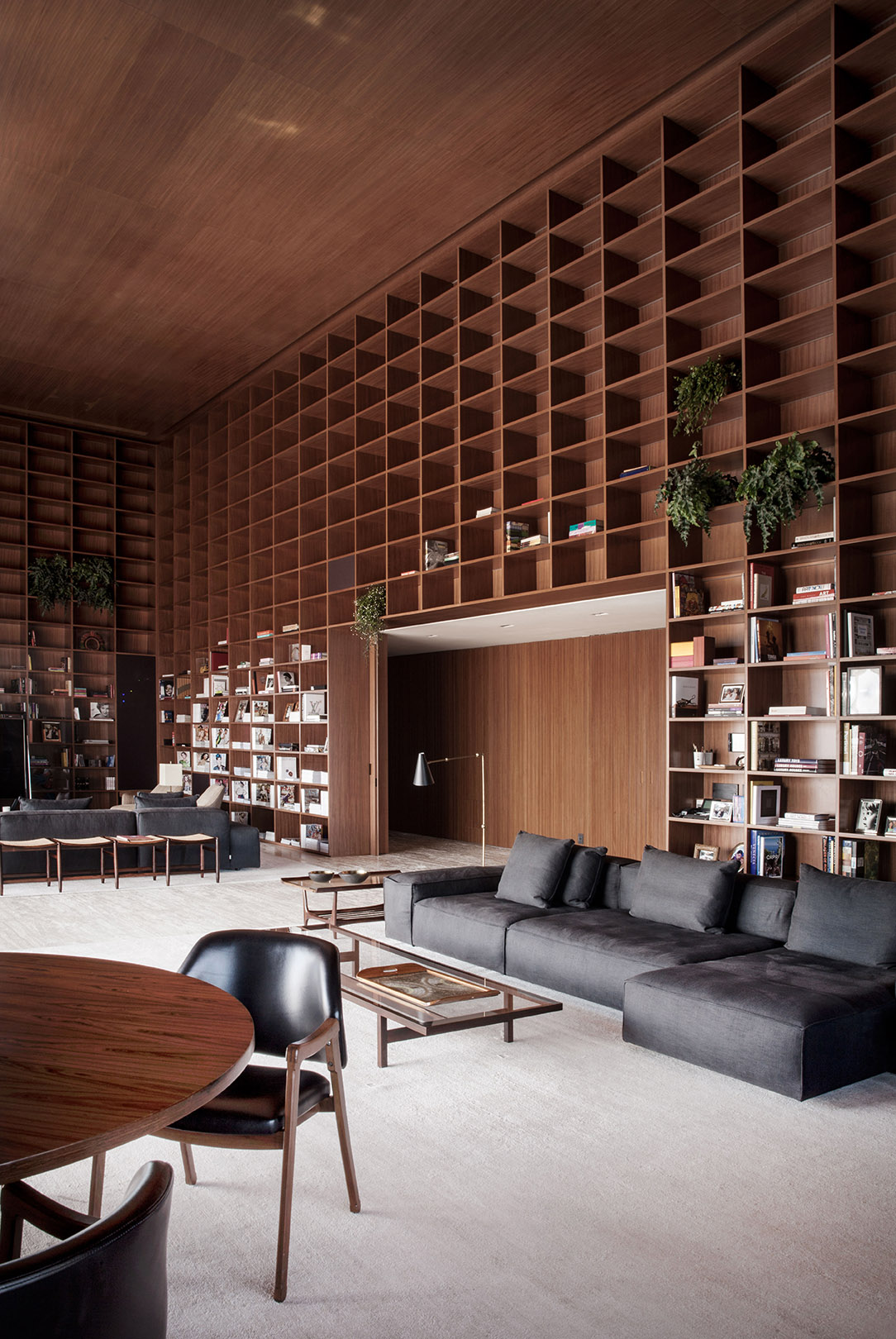 Library. Sofa NeoWall – Piero Lissoni, Coffee table Joaquim Tenreiro