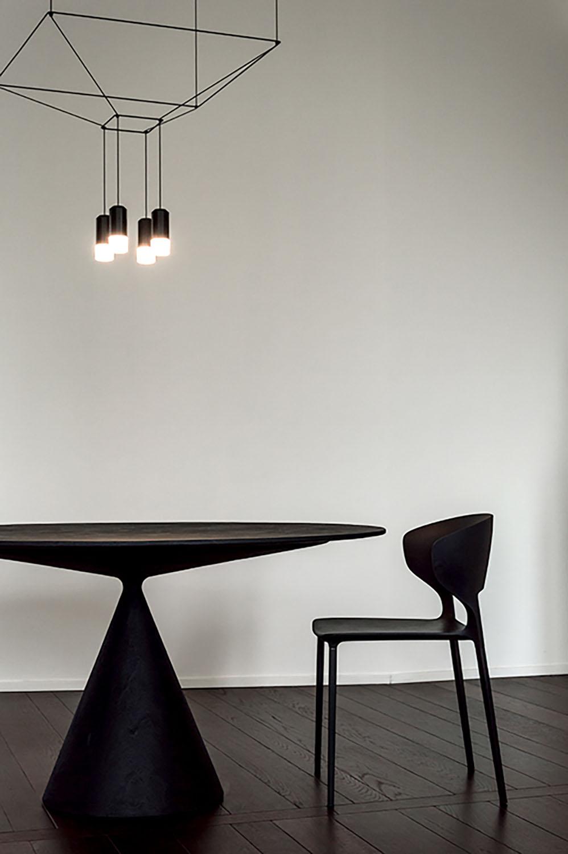 Immagine 7: Particolare del tavolo da pranzo e del corpo illuminante Architetto Marco FRULLO