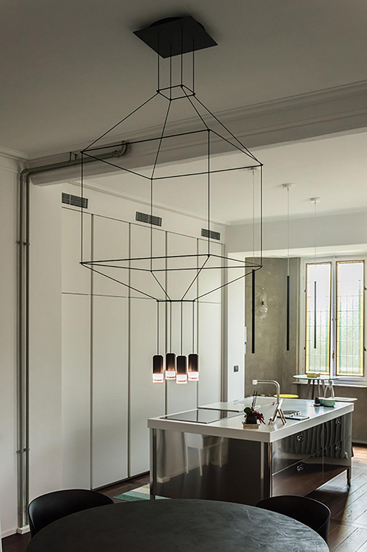 Immagine 8: Vista di insieme della zona soggiorno-cucina e i dettagli dei corpi illuminanti Architetto Marco FRULLO