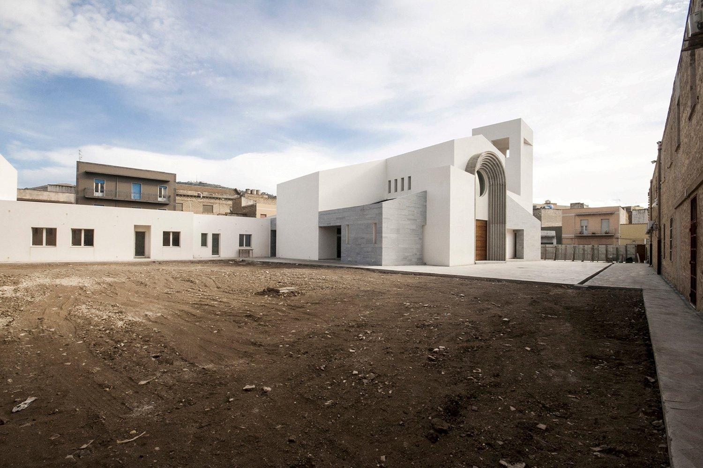 Una corte interna nello spazio tra gli edifici che mette in rapporto diretto lo spazio interno al complesso parrocchiale con la città e con il quartiere circostante arch. Benedetta Fontana