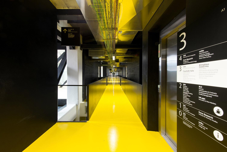 Le passerelle di collegamento nel BZ1 sono identificate dal colore, mentre i cubi per gli uffici sono trasparenti IDM Südtirol / Ivo Corrà