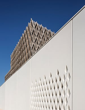 MON - WOOD COVER MADE OF CLERESTORY STRATUMS ABOVE A CONCRETE WALL  ©Luc Boegly