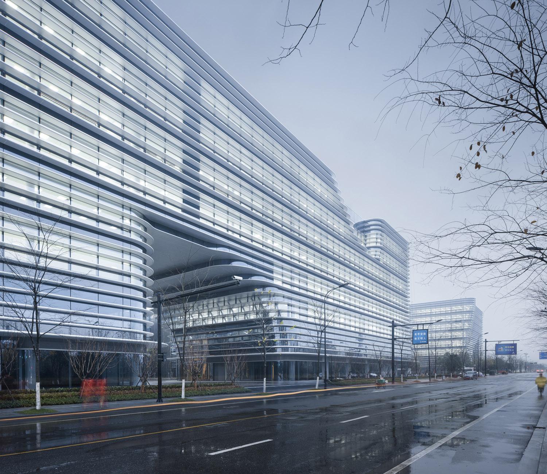 The external huge volume makes the building a visual focus of the region, a new landmark. Yao Li