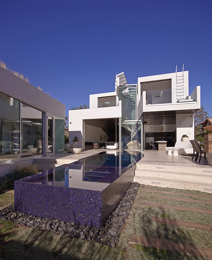 Pool and back facade }