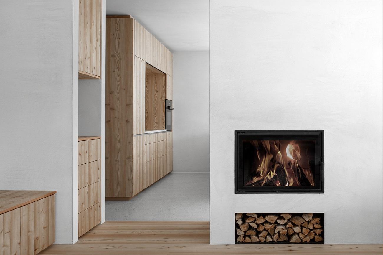 vista dal soggiorno verso la cucina  Photo by Gustav Willeit. © Arch. Daniel Ellecosta