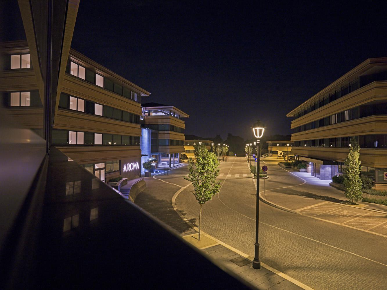 La strada interna tra idiversi corpi di fabbrica dell'Hotel