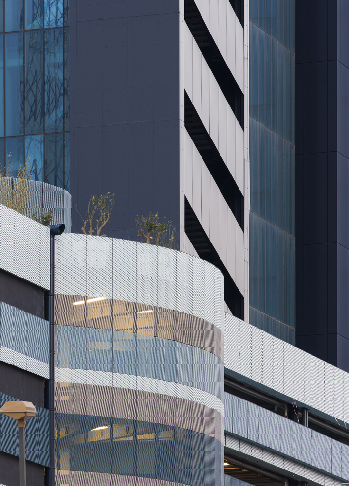 Dettaglio vetrature e basamento con rampa accessi parcheggi