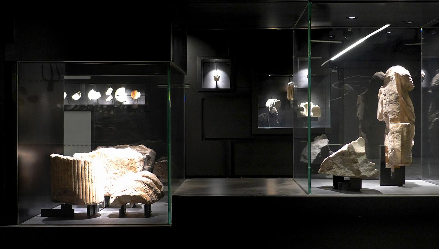 piano atrio. il muro archeologico e la storia dei reperti riciclati.  Filippo Lambertucci