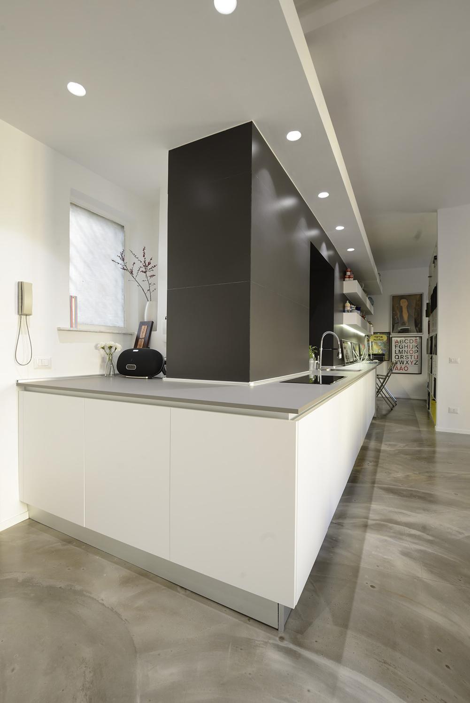 il piano della cucina che piega a ridosso dell'ingresso Paolo Callarà