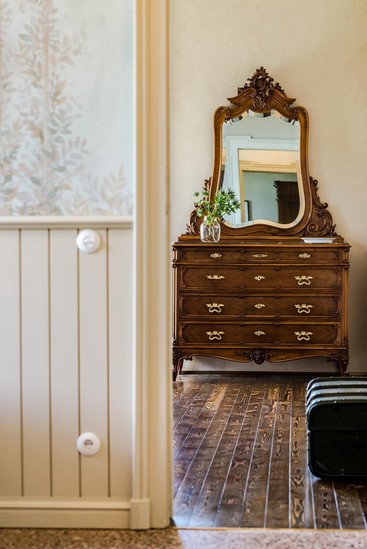 Ripristino delle decorazioni parietali, nuova boiserie; scorcio verso la camera da letto. Recupero dell'arredo originale V&DN Creative Photography}
