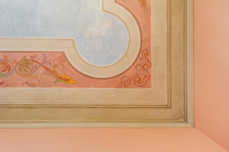 Camera da letto: il soffitto dopo i lavori di restauro; dettaglio V&DN Creative Photography}