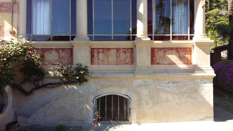Facciata principale e veranda: lo stato di fatto nel 2015; fenomeni di degrado su intonaci e decorazioni Lucchini Architetti}