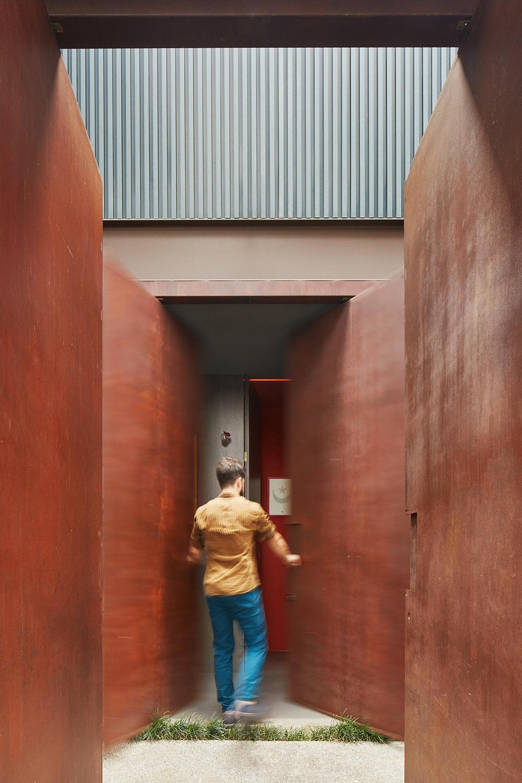 Main Access – from the public street Pedro Kok