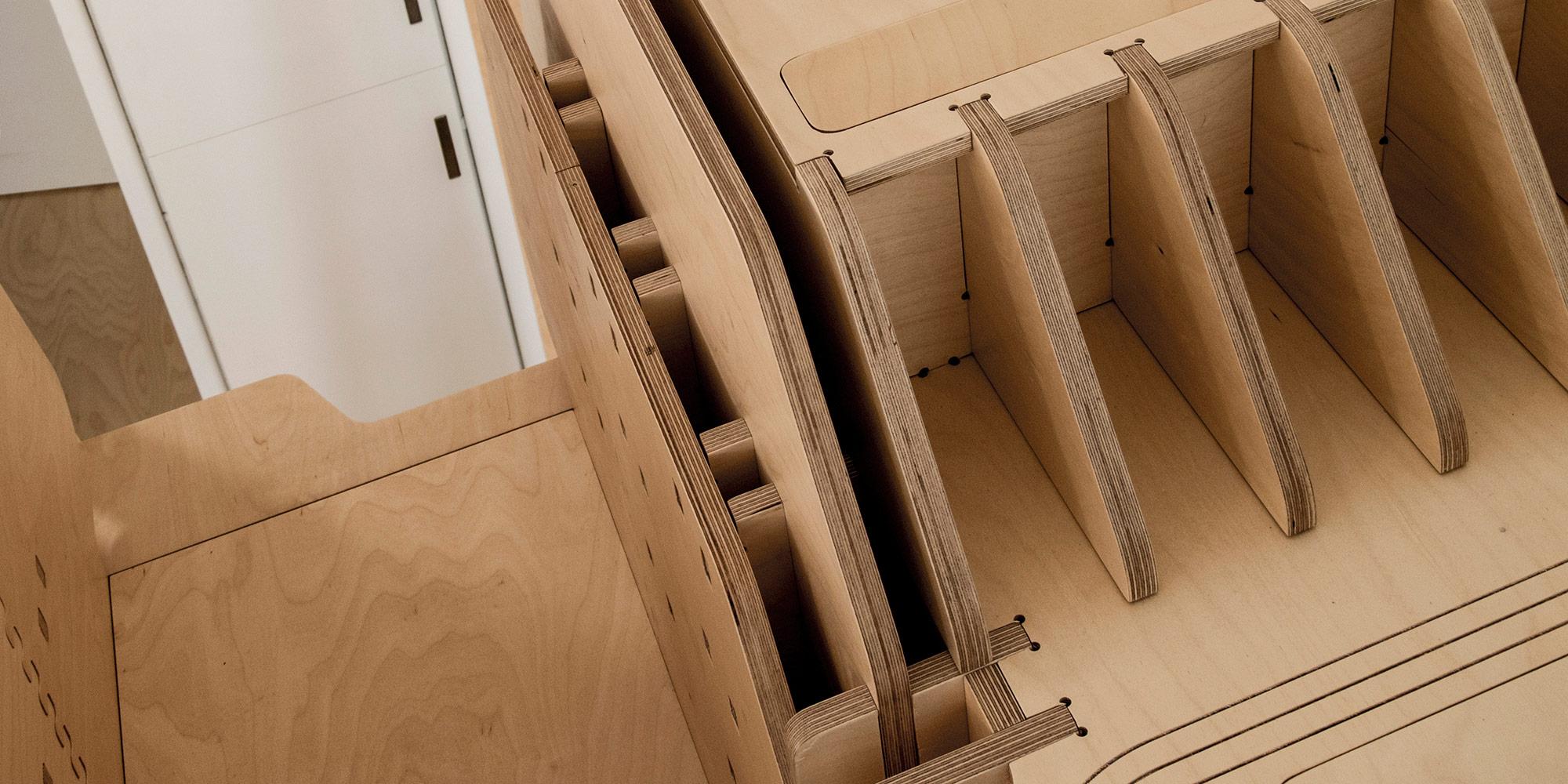 Dettaglio dell'assemblaggio ad alta precisione. In alto a destra appendiabiti a scomparsa.