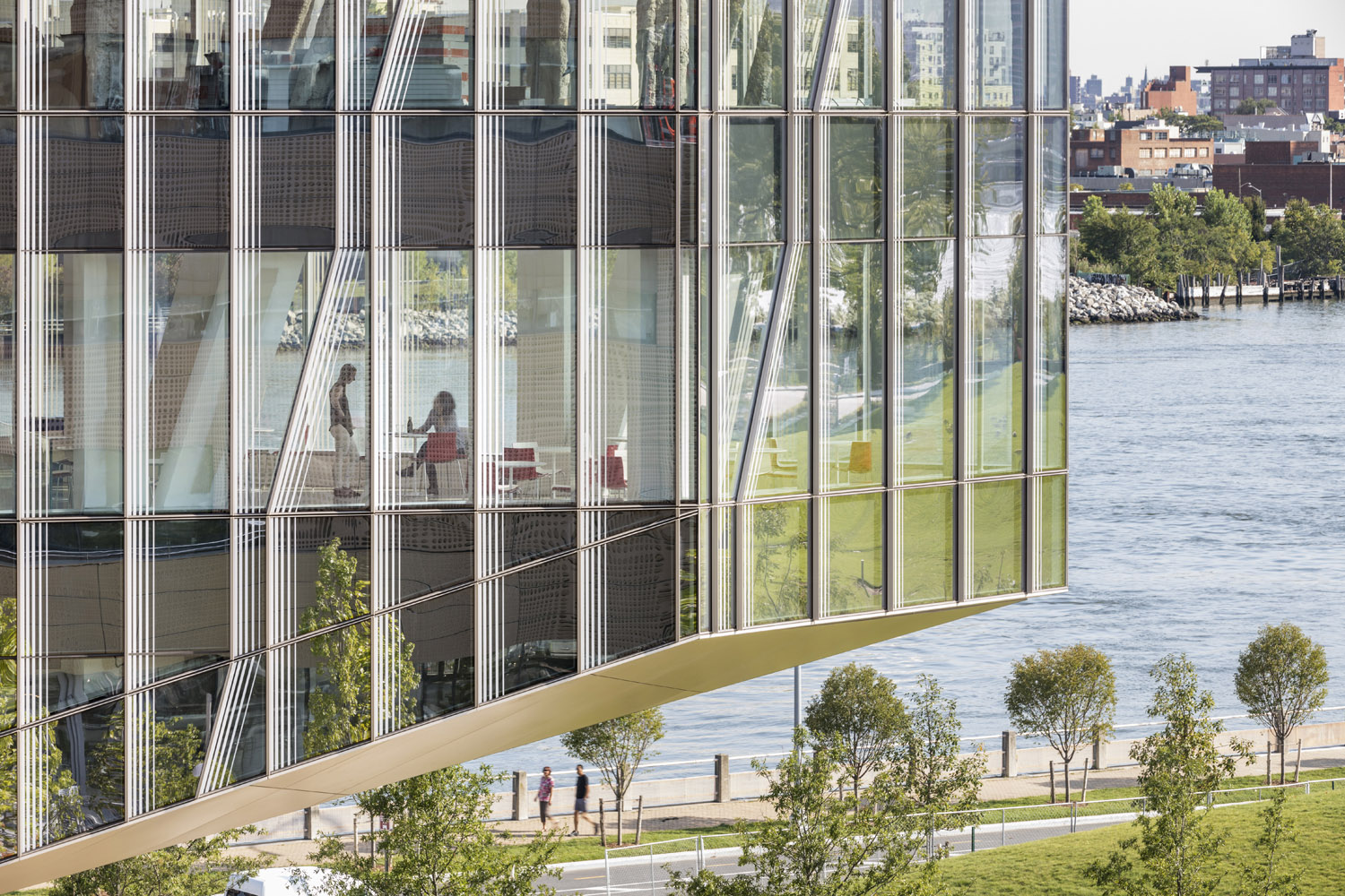 High performance curtain wall: Although it appears to be completely transparent, the building's enclosure is 60% opaque and 40% transparent - a ratio considered to be the 'sweet spot' for sustainable desig Albert Večerka/Esto