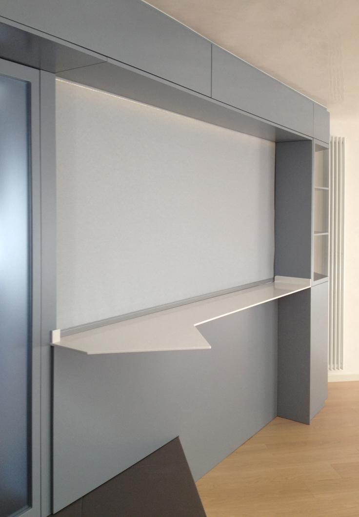 Dettaglio della parete di connessione tra cucina e soggiorno con sistema oscurante Marisa Gallitelli