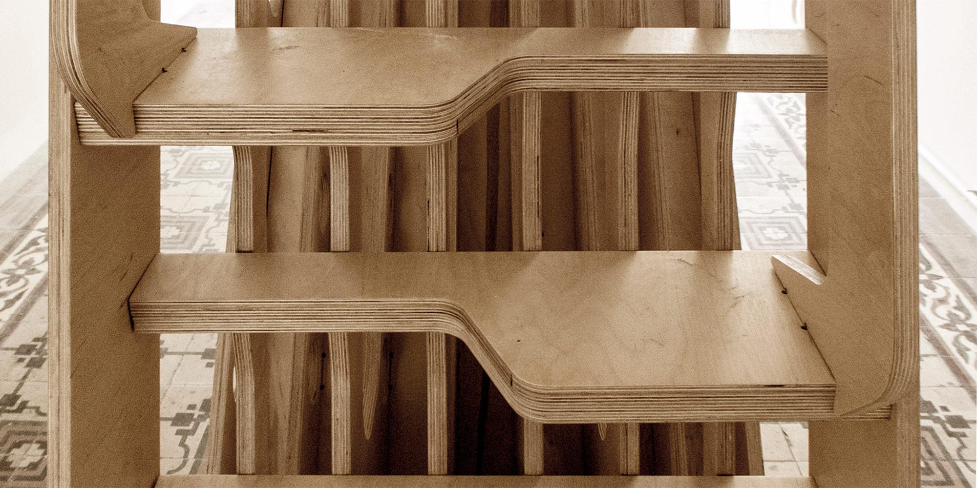 Scaletta di accesso al soppalco con gradini asimmetrici.
