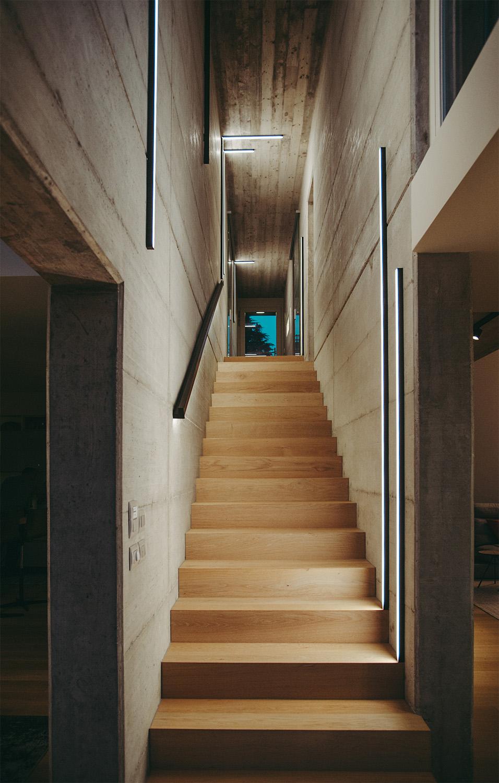 Scala in legno con corridoio in cemento armato a vista Brian Parodi
