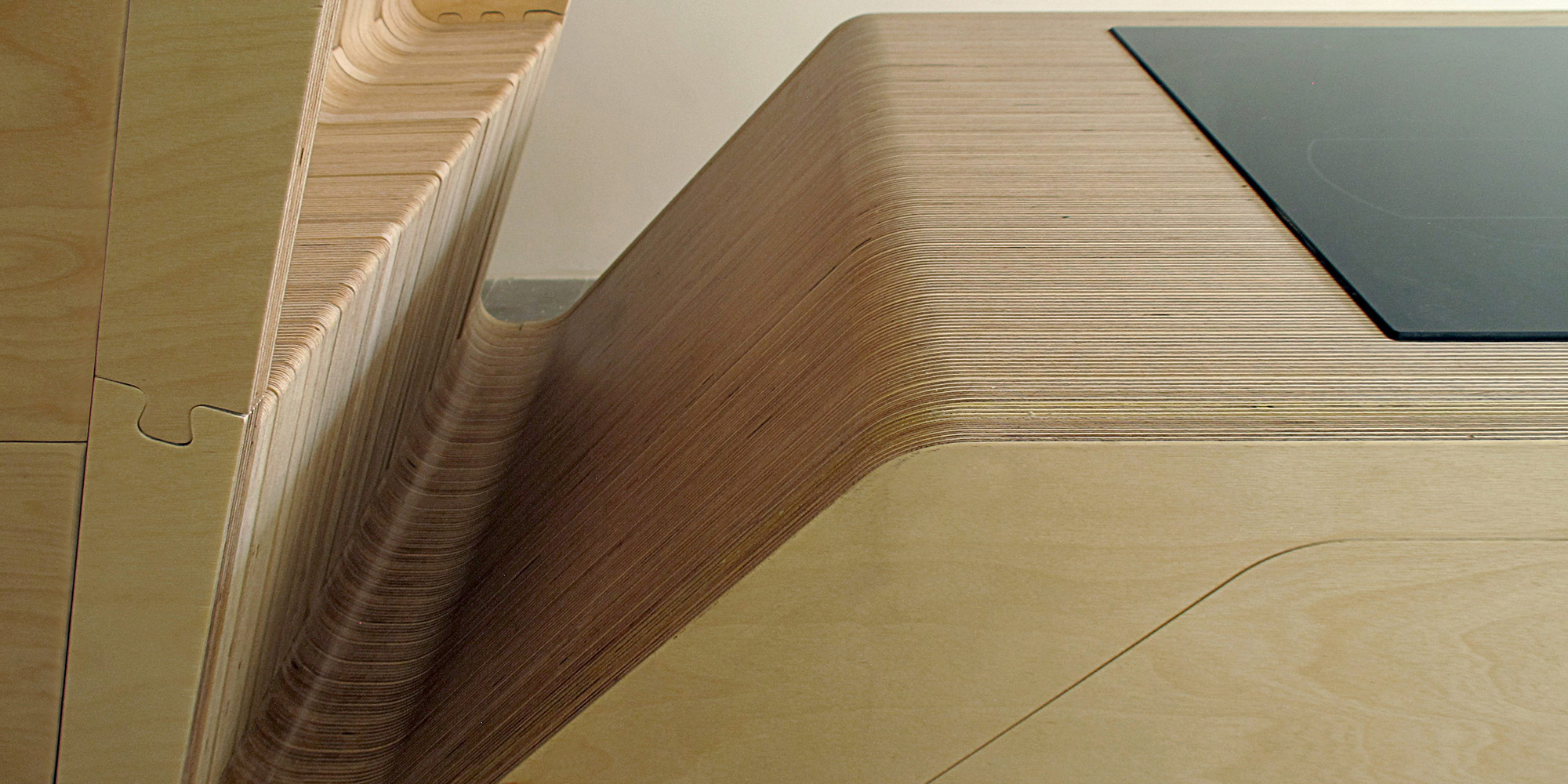 Il piano di lavoro della cucina mostra la sezione del multistrato di betulla.