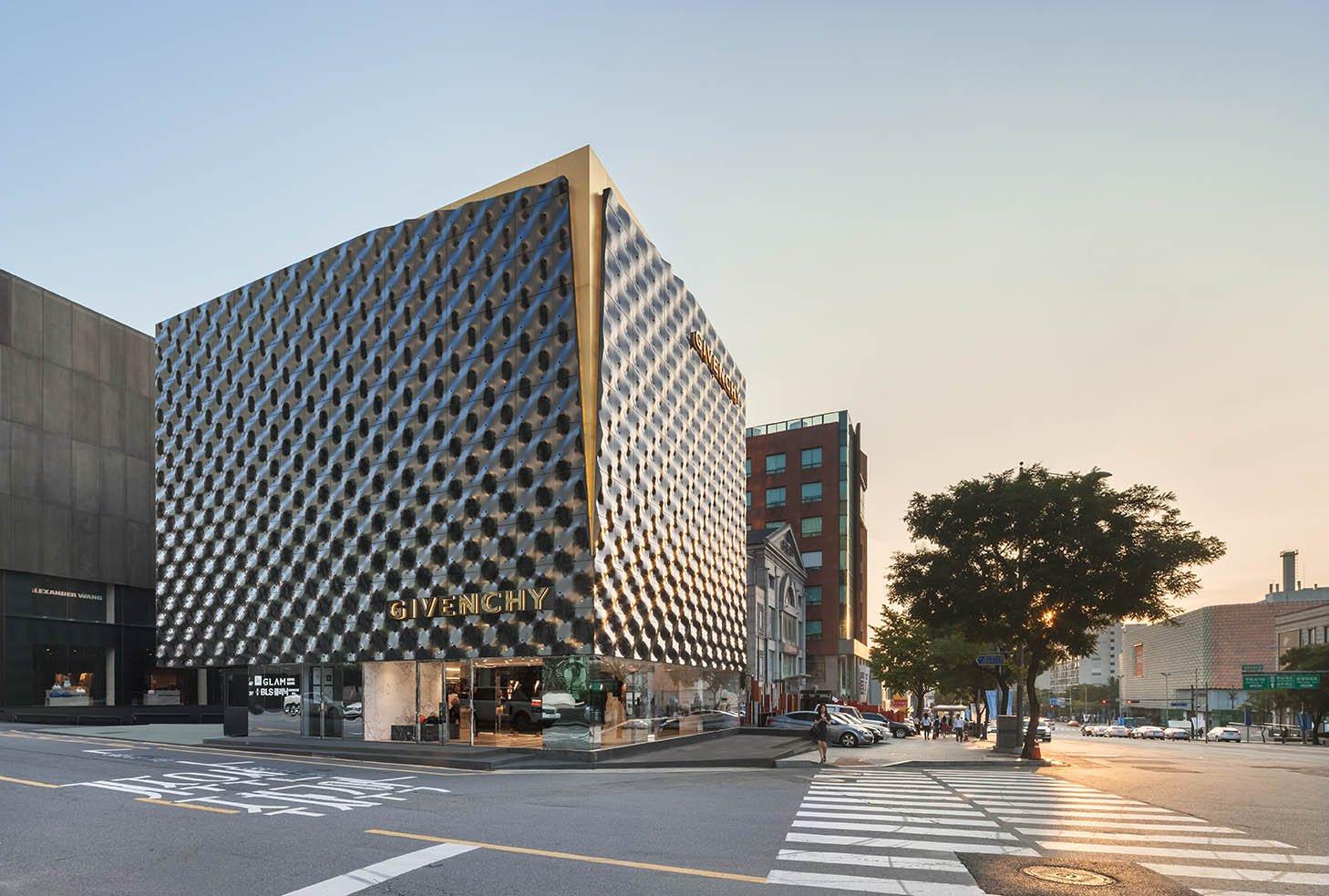 La nuova boutique Givenchy di Seoul sorge nel fiorente shopping district cittadino, Cheongdam Dong.