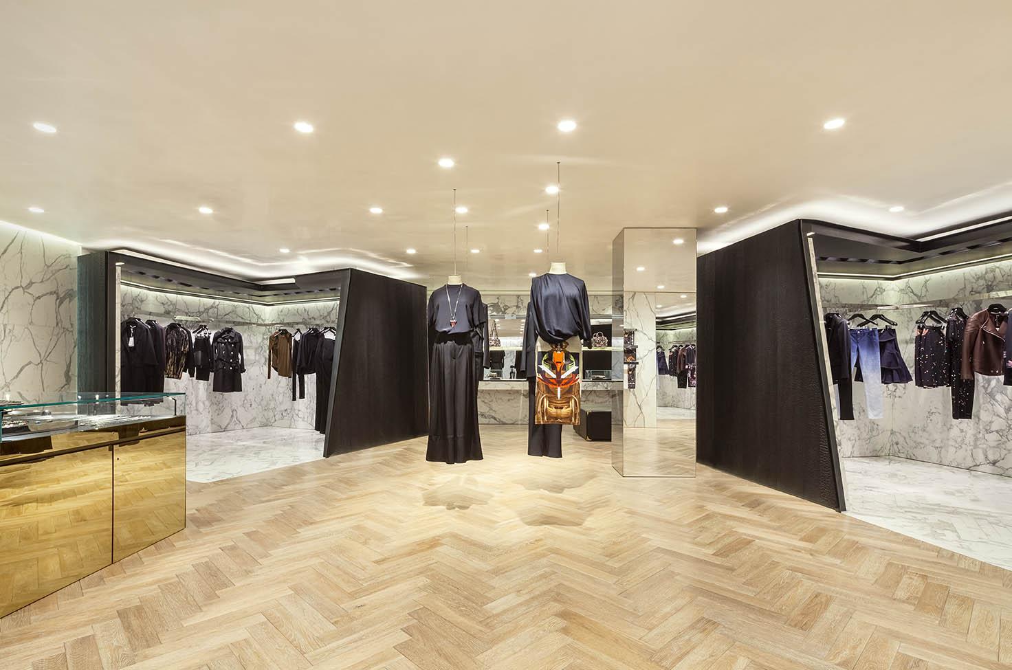 Gli interni si caratterizzano per l'uso di legno di quercia, marmo bianco Calacatta e basaltina