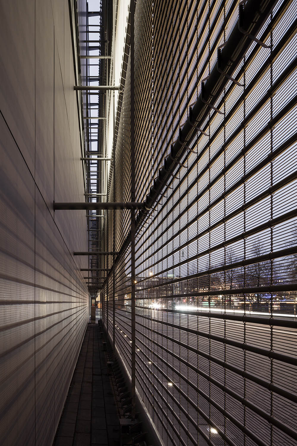 View between mesh facade and exterior wall © Marcus Bredt