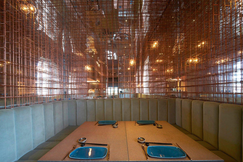Sala principale con dettaglio rete ramata e panca in velluto GIOVANNI RUGGERI