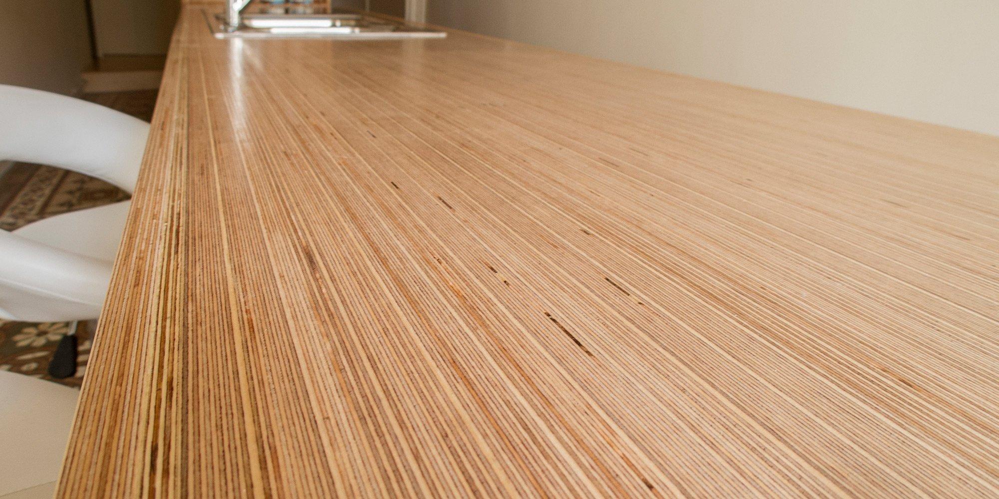 Dettaglio del piano di lavoro della penisola in legno multistrato di Betulla. }