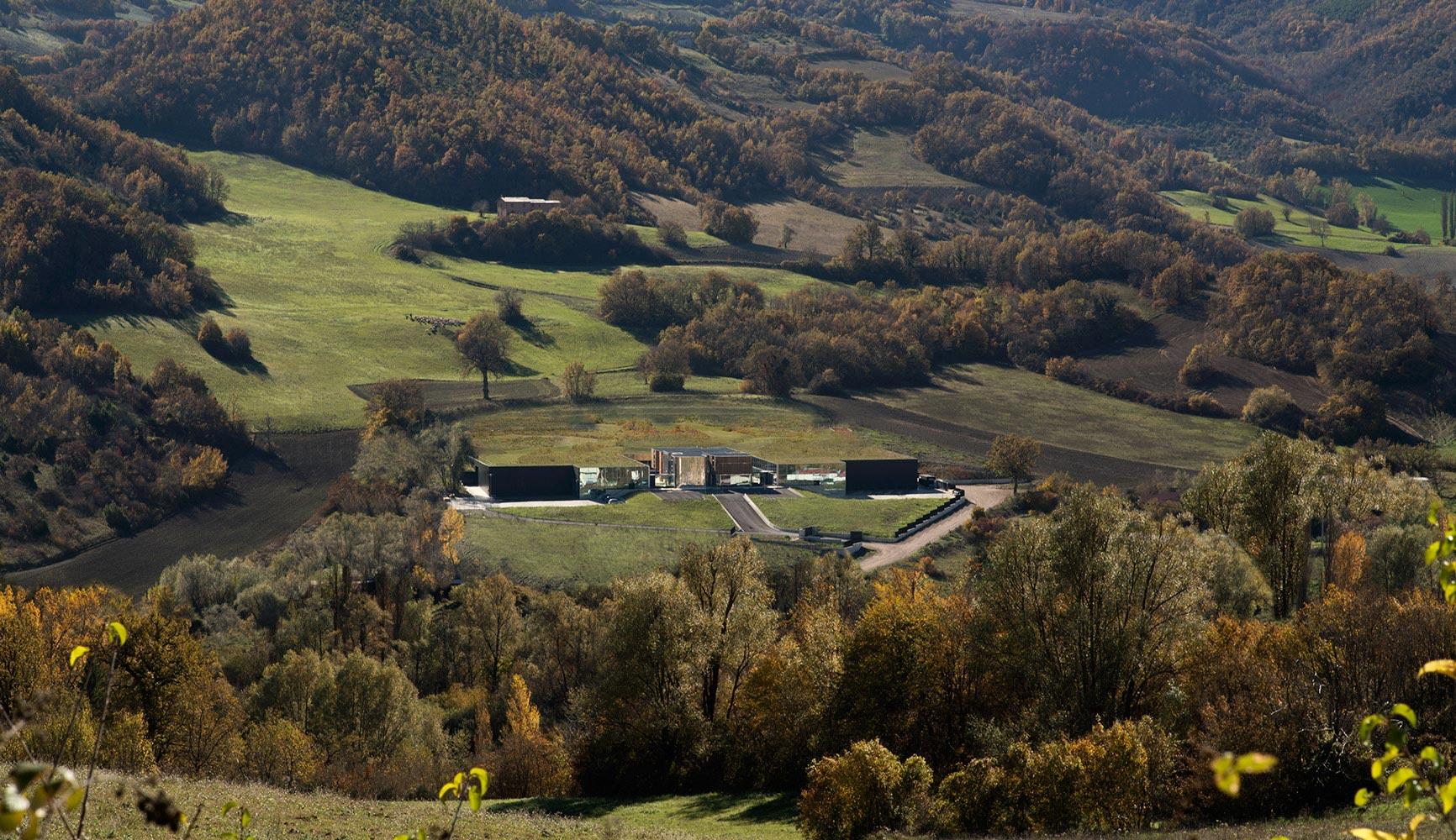 Vista dell'opificio ricavato dal pendio della collina, oggi quasi interamente mimetizzato con essa
