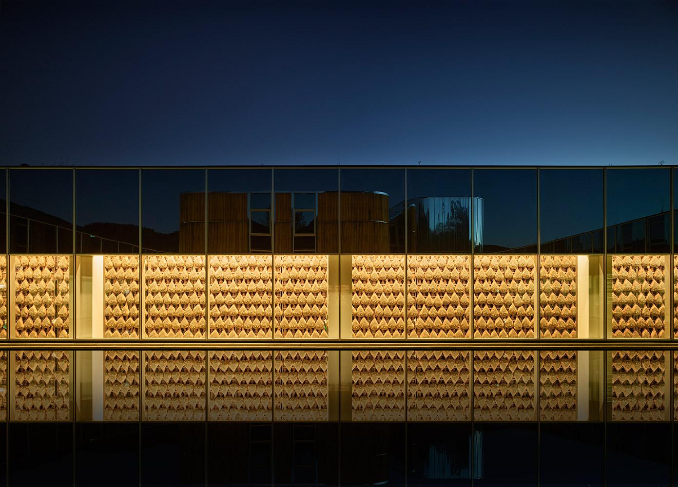 """Vista dalla piazza eventi verso lo stabilimento produttivo, con la stagionatura dei prosciutti """"in vetrina"""""""
