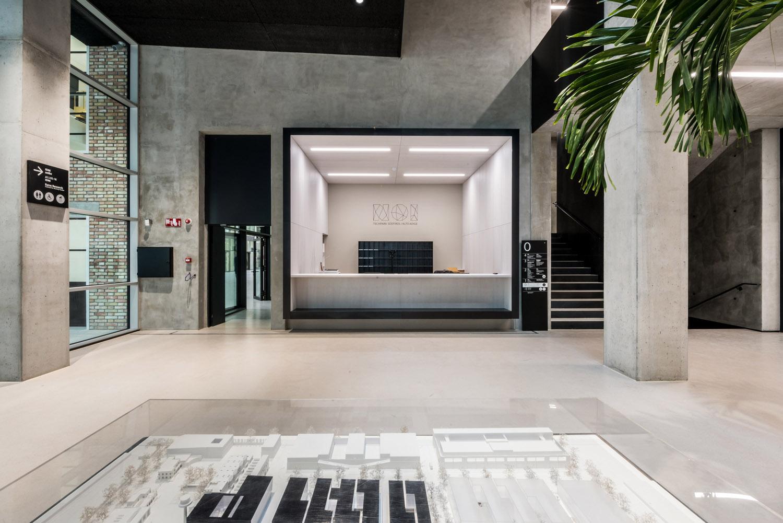 L'ingresso principale al NOI Techpark avviene dal nuovo atrio a doppia altezza del Black Monolith IDM Südtirol / Ivo Corrà